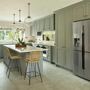 サリーの中サイズのカントリー風おしゃれなキッチン (一体型シンク、シェーカースタイル扉のキャビネット、グレーのキャビネット、人工大理石カウンター、シルバーの調理設備の、白いキッチンカウンター) の写真