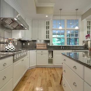 Große Rustikale Wohnküche in U-Form mit integriertem Waschbecken, profilierten Schrankfronten, gelben Schränken, Granit-Arbeitsplatte, Küchenrückwand in Grau, Rückwand aus Steinfliesen, Küchengeräten aus Edelstahl, Schieferboden und Kücheninsel in Portland Maine