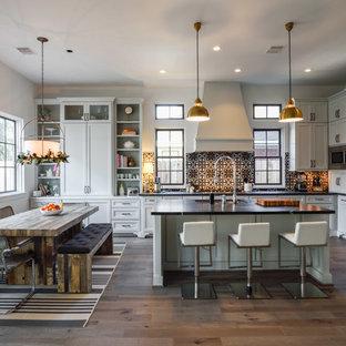 Idéer för vintage kök, med en dubbel diskho, skåp i shakerstil, vita skåp, bänkskiva i täljsten, flerfärgad stänkskydd, rostfria vitvaror, mörkt trägolv och en köksö