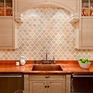 Geschlossene Klassische Küche mit Kupfer-Arbeitsplatte, integriertem Waschbecken, profilierten Schrankfronten, hellen Holzschränken, Küchenrückwand in Beige und Küchengeräten aus Edelstahl in New York