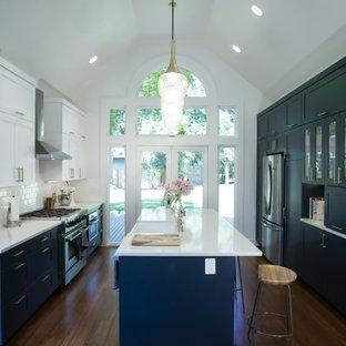 Exempel på ett mellanstort modernt vit vitt kök, med en rustik diskho, skåp i shakerstil, blå skåp, bänkskiva i koppar, vitt stänkskydd, stänkskydd i tunnelbanekakel, rostfria vitvaror, mörkt trägolv, en köksö och brunt golv