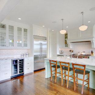 Foto di una cucina tradizionale con top in marmo e elettrodomestici in acciaio inossidabile