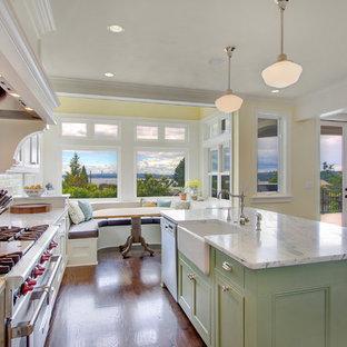 Modelo de cocina clásica con salpicadero de azulejos tipo metro, fregadero sobremueble y puertas de armario verdes