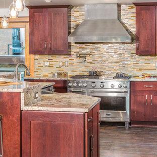 他の地域の大きいエクレクティックスタイルのおしゃれなキッチン (一体型シンク、シェーカースタイル扉のキャビネット、御影石カウンター、マルチカラーのキッチンパネル、モザイクタイルのキッチンパネル、シルバーの調理設備の) の写真
