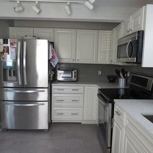 Esempio di una cucina chic di medie dimensioni con lavello sottopiano, ante con bugna sagomata, ante bianche, top in quarzo composito, paraspruzzi grigio, paraspruzzi con piastrelle di vetro, elettrodomestici in acciaio inossidabile, nessuna isola, pavimento viola e top bianco