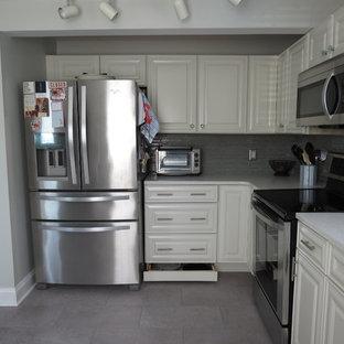 Bild på ett mellanstort vintage vit vitt kök, med en undermonterad diskho, luckor med upphöjd panel, vita skåp, bänkskiva i kvarts, grått stänkskydd, stänkskydd i glaskakel, rostfria vitvaror och lila golv