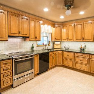 Klassisk inredning av ett mellanstort, avskilt u-kök, med en undermonterad diskho, luckor med upphöjd panel, skåp i mellenmörkt trä, granitbänkskiva, beige stänkskydd, stänkskydd i keramik, rostfria vitvaror, vinylgolv och beiget golv