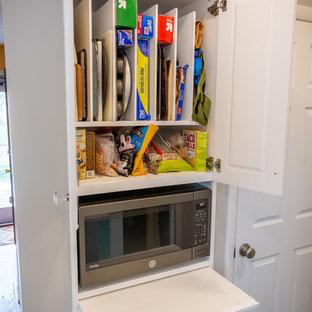 フィラデルフィアの中サイズのトランジショナルスタイルのおしゃれなコの字型キッチン (シングルシンク、フラットパネル扉のキャビネット、ターコイズのキャビネット、クオーツストーンカウンター、グレーのキッチンパネル、セラミックタイルのキッチンパネル、カラー調理設備、クッションフロア、グレーの床、白いキッチンカウンター) の写真