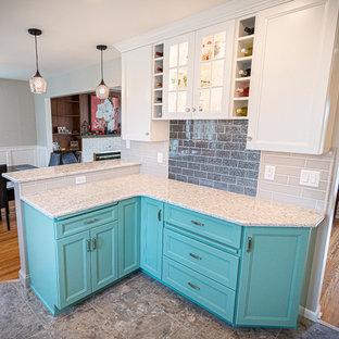 フィラデルフィアの中くらいのトランジショナルスタイルのおしゃれなコの字型キッチン (シングルシンク、フラットパネル扉のキャビネット、ターコイズのキャビネット、クオーツストーンカウンター、グレーのキッチンパネル、セラミックタイルのキッチンパネル、カラー調理設備、クッションフロア、グレーの床、白いキッチンカウンター) の写真