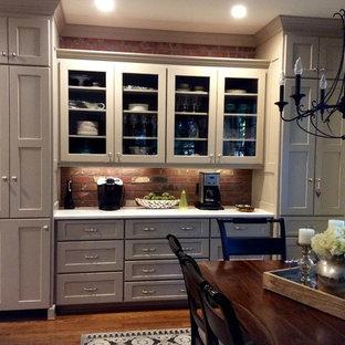Idéer för mellanstora vintage kök, med en undermonterad diskho, skåp i shakerstil, beige skåp, bänkskiva i kvarts, rött stänkskydd, stänkskydd i tegel, rostfria vitvaror, mörkt trägolv och en köksö