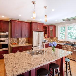 Esempio di una grande cucina a L chic con paraspruzzi con piastrelle a mosaico, paraspruzzi marrone, lavello sottopiano, ante lisce, elettrodomestici in acciaio inossidabile, pavimento in sughero, isola, ante in legno bruno e pavimento marrone