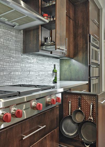 Современный Кухня by Realty Restoration, LLC