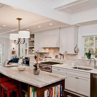 Klassische Küche mit Küchengeräten aus Edelstahl und Kalk-Rückwand in Atlanta