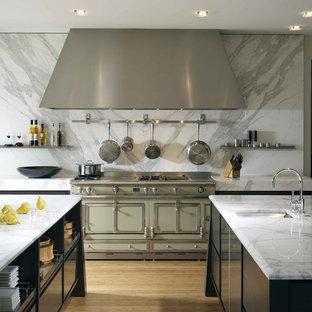 Diseño de cocina contemporánea con electrodomésticos de colores, puertas de armario negras, salpicadero blanco y salpicadero de mármol