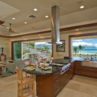 Esempio di una grande cucina tropicale con lavello stile country, pavimento con piastrelle in ceramica, pavimento beige, ante lisce, ante in legno scuro, top in granito, elettrodomestici in acciaio inossidabile e una penisola