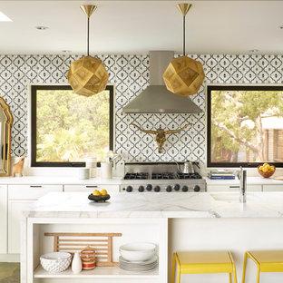 サンフランシスコの中サイズのエクレクティックスタイルのおしゃれなキッチン (アンダーカウンターシンク、シェーカースタイル扉のキャビネット、白いキャビネット、セラミックタイルのキッチンパネル、シルバーの調理設備の、大理石カウンター、スレートの床) の写真