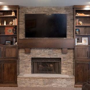 Offene, Mittelgroße Rustikale Küche mit Schrankfronten mit vertiefter Füllung, braunen Schränken, Kalkstein-Arbeitsplatte und Teppichboden in Indianapolis