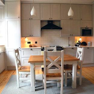 Klassische Wohnküche in L-Form mit Einbauwaschbecken, Schrankfronten im Shaker-Stil, grauen Schränken, Quarzwerkstein-Arbeitsplatte, Rückwand aus Metrofliesen und bunten Elektrogeräten in Edinburgh