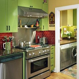 Moderne Küche mit Küchengeräten aus Edelstahl, Küchenrückwand in Rot, Schrankfronten mit vertiefter Füllung und grünen Schränken in Austin