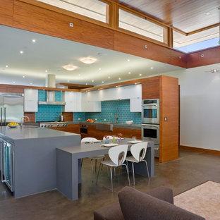 Свежая идея для дизайна: угловая кухня-гостиная в современном стиле с раковиной в стиле кантри и фартуком из плитки кабанчик - отличное фото интерьера