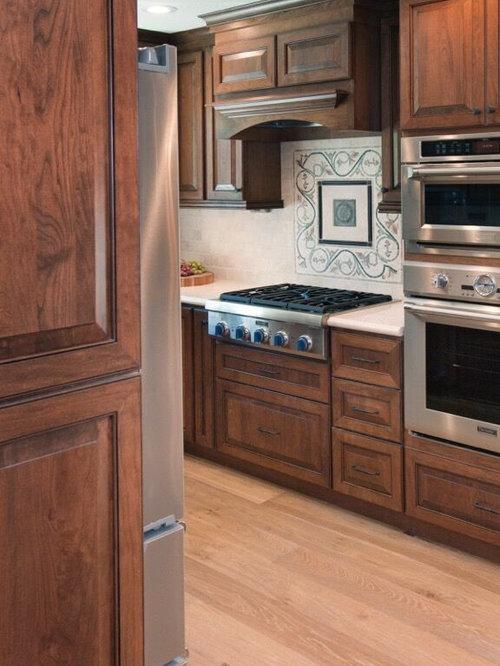 Cuisine avec des portes de placard rouges et un placard for Porte placard cuisine persienne