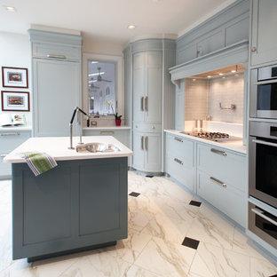 Пример оригинального дизайна: угловая кухня среднего размера в современном стиле с фасадами с утопленной филенкой, синими фасадами, обеденным столом, врезной раковиной, серым фартуком, фартуком из стеклянной плитки, техникой из нержавеющей стали, мраморным полом, островом, белым полом, столешницей из кварцевого агломерата и бирюзовой столешницей