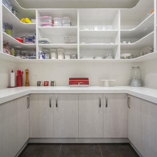 Ispirazione per una cucina minimalista di medie dimensioni con lavello sottopiano, ante lisce, ante bianche, top in quarzo composito, paraspruzzi bianco, paraspruzzi con lastra di vetro, elettrodomestici in acciaio inossidabile, pavimento con piastrelle in ceramica e isola