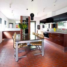 Modern Kitchen by Walk Interior Design Limited