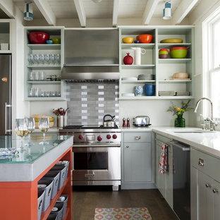 Foto de cocina en L, actual, con electrodomésticos de acero inoxidable, armarios abiertos, encimera de vidrio, salpicadero de metal y salpicadero metalizado