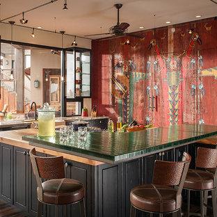 フェニックスのエクレクティックスタイルのおしゃれなキッチン (シェーカースタイル扉のキャビネット、黒いキャビネット、濃色無垢フローリング、茶色い床) の写真