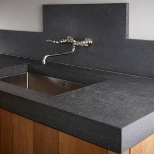 シドニーの巨大なトラディショナルスタイルのおしゃれなキッチン (アンダーカウンターシンク、中間色木目調キャビネット、コンクリートカウンター、黒いキッチンパネル、セメントタイルのキッチンパネル、シルバーの調理設備、無垢フローリング、フラットパネル扉のキャビネット) の写真