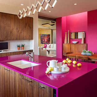 Bild på ett mellanstort funkis rosa rosa kök, med en dubbel diskho, släta luckor, skåp i mellenmörkt trä, bänkskiva i koppar, vitt stänkskydd, stänkskydd i porslinskakel, en köksö och rostfria vitvaror