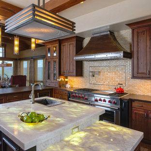 他の地域の大きいラスティックスタイルのおしゃれなキッチン (ドロップインシンク、中間色木目調キャビネット、オニキスカウンター、ベージュキッチンパネル、無垢フローリング、茶色い床、落し込みパネル扉のキャビネット) の写真