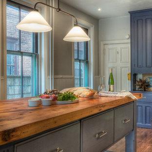 Klassische Küche mit Arbeitsplatte aus Holz, profilierten Schrankfronten und blauen Schränken in Philadelphia
