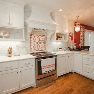 ミルウォーキーの大きいシャビーシック調のおしゃれなキッチン (ドロップインシンク、レイズドパネル扉のキャビネット、白いキャビネット、御影石カウンター、白いキッチンパネル、サブウェイタイルのキッチンパネル、シルバーの調理設備、濃色無垢フローリング、アイランドなし) の写真