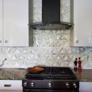 Modelo de cocina comedor de galera, minimalista, pequeña, con encimera de cuarcita, salpicadero blanco, salpicadero de mármol, una isla y encimeras verdes