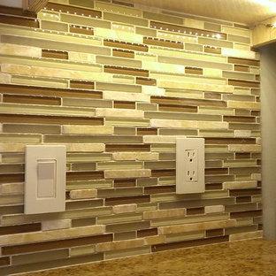 Zweizeilige, Mittelgroße Klassische Wohnküche ohne Insel mit hellen Holzschränken, Granit-Arbeitsplatte und bunter Rückwand in Austin