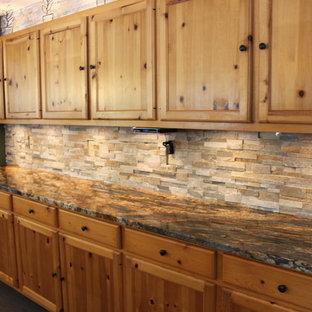 シカゴの大きいラスティックスタイルのおしゃれなキッチン (シェーカースタイル扉のキャビネット、淡色木目調キャビネット、御影石カウンター、グレーのキッチンパネル、石タイルのキッチンパネル、磁器タイルの床) の写真
