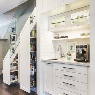 Ispirazione per una piccola cucina contemporanea con lavello sottopiano, ante in stile shaker, ante bianche, paraspruzzi bianco, paraspruzzi con piastrelle diamantate, elettrodomestici in acciaio inossidabile, isola, parquet scuro e top in marmo