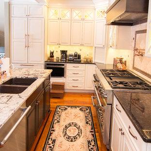 Große Klassische Wohnküche in L-Form mit Doppelwaschbecken, Glasfronten, weißen Schränken, Granit-Arbeitsplatte, bunter Rückwand, Küchengeräten aus Edelstahl, braunem Holzboden und Kücheninsel in Boston