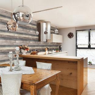 ボストンのインダストリアルスタイルのおしゃれなキッチン (フラットパネル扉のキャビネット、ベージュのキャビネット、淡色無垢フローリング) の写真