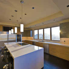 Modern Kitchen by Begrand Fast Design Inc.