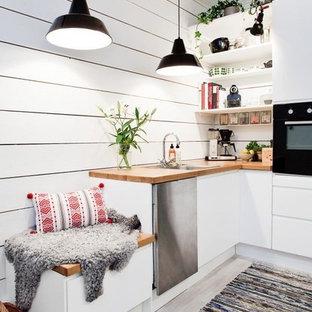 サンフランシスコの小さい北欧スタイルのおしゃれなL型キッチン (ドロップインシンク、フラットパネル扉のキャビネット、白いキャビネット、白いキッチンパネル) の写真
