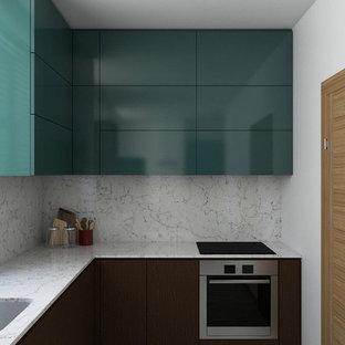 他の地域の中くらいのコンテンポラリースタイルのおしゃれなキッチン (アンダーカウンターシンク、フラットパネル扉のキャビネット、ターコイズのキャビネット、大理石カウンター、白いキッチンパネル、大理石のキッチンパネル、シルバーの調理設備、セラミックタイルの床、グレーの床、白いキッチンカウンター) の写真