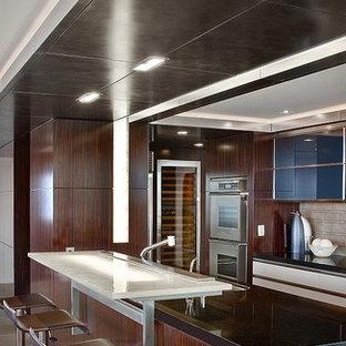 Idéer för att renovera ett funkis svart svart kök, med rostfria vitvaror och bänkskiva i glas