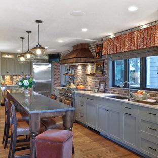 Moderne Küche ohne Insel mit Doppelwaschbecken, Schrankfronten mit vertiefter Füllung, grünen Schränken, Küchenrückwand in Rot, Küchengeräten aus Edelstahl und braunem Holzboden in Charleston