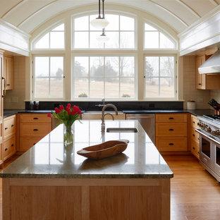 Неиссякаемый источник вдохновения для домашнего уюта: большая п-образная кухня в классическом стиле с раковиной в стиле кантри, техникой из нержавеющей стали, островом, фасадами в стиле шейкер, светлыми деревянными фасадами, столешницей из гранита, белым фартуком, фартуком из керамической плитки, паркетным полом среднего тона и коричневым полом