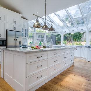 メルボルンのシャビーシック調のおしゃれなキッチン (エプロンフロントシンク、シェーカースタイル扉のキャビネット、白いキャビネット、大理石カウンター、グレーのキッチンパネル、磁器タイルのキッチンパネル、淡色無垢フローリング) の写真