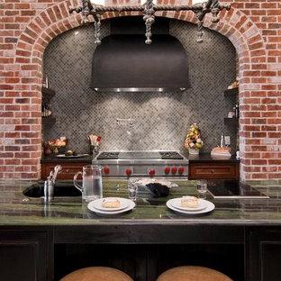 Réalisation d'une cuisine design avec un électroménager en acier inoxydable, un évier encastré, une crédence grise, une crédence en mosaïque et un plan de travail vert.