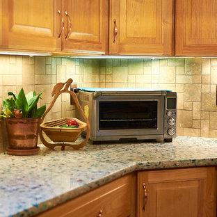 Klassische Küche mit profilierten Schrankfronten, hellen Holzschränken, Quarzwerkstein-Arbeitsplatte und Linoleum in Sonstige